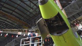 Onderhoud van vliegtuigen Reparatie van de staart van de vliegtuigen De ingenieur die de vliegtuigen herstellen 4K stock videobeelden