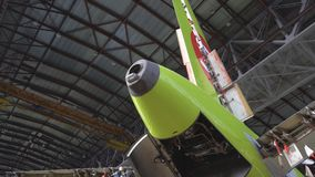 Onderhoud van vliegtuigen Reparatie van de staart van de vliegtuigen De ingenieur die de vliegtuigen herstellen 4K stock footage
