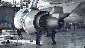 Onderhoud van vliegtuigen Reparatie van de staart van de vliegtuigen De ingenieur die de vliegtuigen herstellen stock video