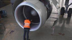 Onderhoud van vliegtuigen Reparatie van de staart van de vliegtuigen De ingenieur die de vliegtuigen herstellen stock videobeelden