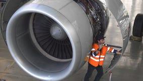 Onderhoud van vliegtuigen Reparatie van de staart van de vliegtuigen De ingenieur die de vliegtuigen herstellen stock footage