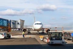 Onderhoud van vliegtuigen vóór de vlucht royalty-vrije stock fotografie