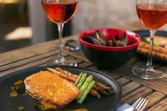 Onderhouden wijn, zalm en mosselen royalty-vrije stock afbeelding