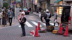Onderhoudsarbeiders in de straat die infrastructuur herstellen Opstellend verkeer stock footage