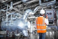 Onderhoudsingenieur die monitorcontrole bekijken in thermische macht Stock Afbeeldingen