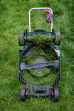 Onderkant van een Grasmaaimachine in lang gras Stock Afbeelding