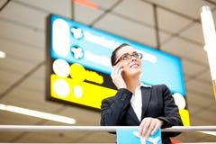 Onderneemster bij luchthaven Stock Foto