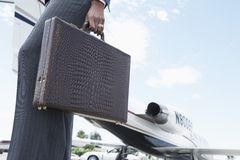 Onderneemster With Briefcase At de Luchthaven Royalty-vrije Stock Afbeelding