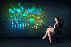 Onderneemster in bureau met in hand tablet en high-tech grafiek royalty-vrije stock foto's