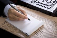 Onderneemster in bureau met notitieboekje Royalty-vrije Stock Foto's