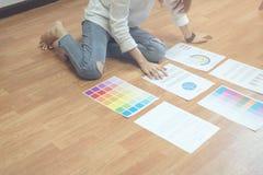 Onderneemster in bureau in toevallig overhemd De kleurenmalplaatje van het controledocument voor grafische ontwerper stock afbeelding