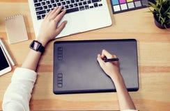 Onderneemster in bureau in toevallig overhemd Gebruikscomputer voor grafische ontwerper stock foto