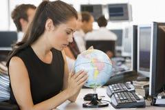 Onderneemster in bureauruimte met bureaubol Stock Foto