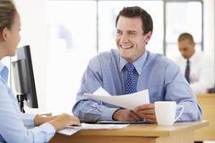 Onderneemster And Businessman Working bij Bureau samen Stock Afbeelding