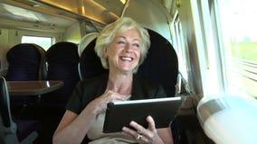 Onderneemster Commuting On Train die Digitale Tablet gebruiken