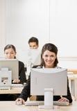 Onderneemster die aan computer werkt Stock Foto