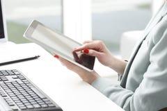 Onderneemster die aan digitale tablet werken. stock fotografie