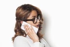 Onderneemster die aan een telefoongesprek luisteren royalty-vrije stock afbeeldingen