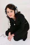 Onderneemster die aan haar favoriete muziek luistert Stock Foto