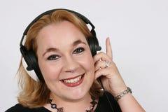Onderneemster die aan haar favoriete muziek luistert Royalty-vrije Stock Fotografie