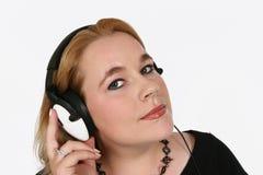 Onderneemster die aan haar favoriete muziek luistert Stock Foto's