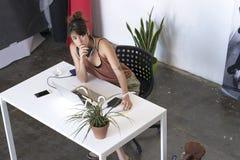 Onderneemster die aan haar laptop bij het werk boven mening werken stock afbeeldingen