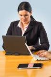 Onderneemster die aan haar laptop werken Stock Fotografie