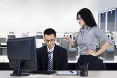 Onderneemster die aan haar werknemer schreeuwen stock afbeeldingen