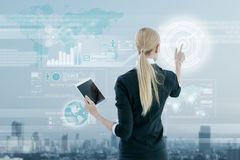 Onderneemster die aan het digitale virtuele scherm, zaken werken strate Stock Foto's