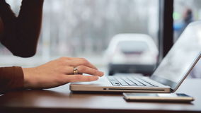 Onderneemster die aan laptop in koffie werken statisch stock video