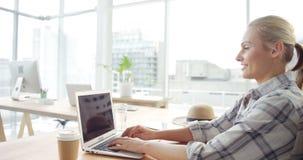 Onderneemster die aan laptop werkt stock footage