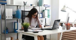 Onderneemster die aan tablet in modern bureau werken stock footage