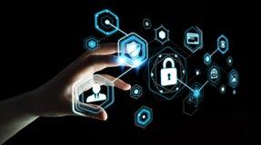 Onderneemster die antivirus gebruiken om een 3D renderi van de cyberaanval te blokkeren Stock Foto