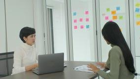 Onderneemster die berisping van zijn vrouwelijke werkgever in het bureau krijgen stock videobeelden