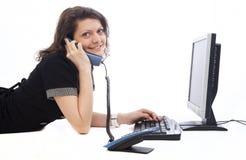 onderneemster die bij de telefoon spreekt Royalty-vrije Stock Fotografie