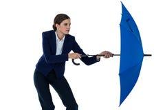 Onderneemster die blauwe paraplu houdt Royalty-vrije Stock Foto