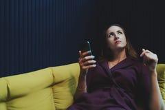 Onderneemster die in bureau leggen chillout en smartphone houden royalty-vrije stock afbeelding