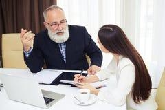 Onderneemster die businessplan verklaren aan haar collega Royalty-vrije Stock Foto