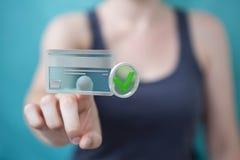 Onderneemster die creditcard gebruiken om het online 3D teruggeven te betalen Royalty-vrije Stock Afbeelding