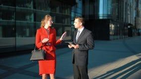 Onderneemster die de aanbieding van de zakenman verwerpen stock videobeelden