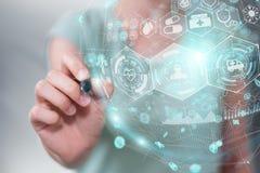 Onderneemster die digitaal medisch gebied met een pen 3D renderi gebruiken Stock Fotografie