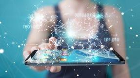 Onderneemster die digitale binaire code inzake mobiele telefoon 3D rende gebruiken Stock Foto's
