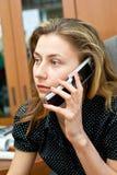 Onderneemster die door mobiele telefoon spreekt Royalty-vrije Stock Fotografie