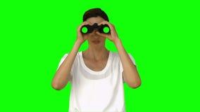 Onderneemster die door verrekijkers kijkt stock footage