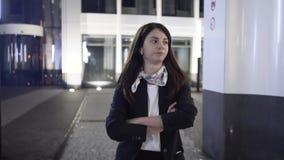 Onderneemster die een bednieuws op haar telefoon in een straat van de nachtstad krijgen stock video