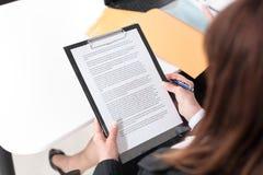 Onderneemster die een document lezen Royalty-vrije Stock Fotografie