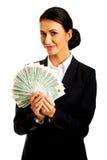 Onderneemster die een klem van poetsmiddelgeld houden stock foto