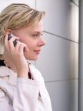 Onderneemster die een mobiele telefoon met behulp van Royalty-vrije Stock Afbeeldingen