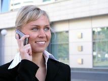 Onderneemster die een mobiele telefoon met behulp van Stock Afbeelding