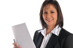 Onderneemster die een pen en een document houdt Stock Foto's